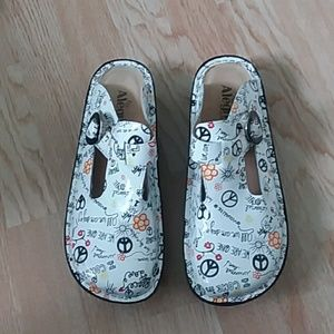 NWOT Alegria peace & love slip-on clogs